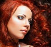 Όμορφη προκλητική γυναίκα με την κόκκινη τρίχα Στοκ Φωτογραφίες