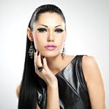 Όμορφη προκλητική γυναίκα με τη μόδα γοητείας makeup των ματιών και gl στοκ φωτογραφία