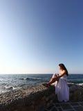Όμορφη προκλητική γυναίκα που εξετάζει τη θάλασσα Στοκ φωτογραφία με δικαίωμα ελεύθερης χρήσης