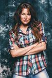 Όμορφη προκλητική γυναίκα στο πουκάμισο ελέγχου Στοκ Φωτογραφίες