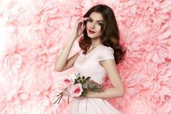 Όμορφη προκλητική γυναίκα στο φόρεμα πολλή θερινή άνοιξη λουλουδιών makeup Στοκ Φωτογραφία