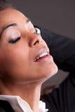 Όμορφη προκλητική γυναίκα afro που χαλαρώνουν Στοκ Φωτογραφίες