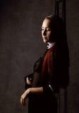 Όμορφη προκλητική καθολική τοποθέτηση καλογριών σε ένα σκοτεινό υπόβαθρο Θρησκευτική έννοια Στοκ φωτογραφία με δικαίωμα ελεύθερης χρήσης