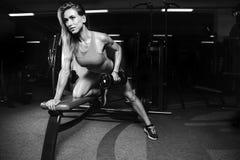 Όμορφη προκλητική καυκάσια κατάρτιση κοριτσιών ικανότητας πίσω στο pumpi γυμναστικής Στοκ Εικόνα