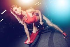 Όμορφη προκλητική καυκάσια κατάρτιση κοριτσιών ικανότητας πίσω στο pumpi γυμναστικής Στοκ Φωτογραφία