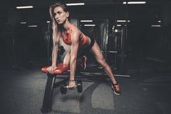 Όμορφη προκλητική καυκάσια κατάρτιση κοριτσιών ικανότητας πίσω στο pumpi γυμναστικής Στοκ Εικόνες