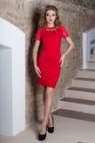 Όμορφη προκλητική κομψή γυναίκα με το φωτεινό makeup σε ένα φόρεμα βραδιού για το γεγονός, το νέο έτος, βλαστός μόδας για έναν ιμ Στοκ Εικόνα
