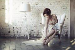 Όμορφη προκλητική κυρία στο κομψό άσπρο φόρεμα Στοκ Εικόνες