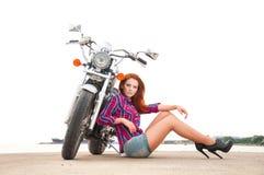 Όμορφη, προκλητική, νέα γυναίκα σε μια μοτοσικλέτα Στοκ φωτογραφία με δικαίωμα ελεύθερης χρήσης