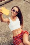 Όμορφη προκλητική νέα κυρία στην ερωτική μίνι φούστα με skateboard Στοκ Εικόνες