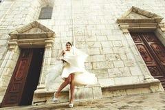 Όμορφη προκλητική νύφη και εύθυμη τοποθέτηση παράνυμφων στην παραλία στοκ φωτογραφία με δικαίωμα ελεύθερης χρήσης