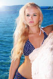 Όμορφη προκλητική ξανθή γυναίκα στην παραλία Προκλητικό κορίτσι bikini Στοκ Φωτογραφία