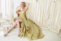 Όμορφη προκλητική ξανθή γυναίκα στο φόρεμα βραδιού Στοκ Εικόνες