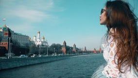 Όμορφη προσοχή γυναικών brunette στη Μόσχα Κρεμλίνο απόθεμα βίντεο