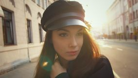 Όμορφη πρότυπη εξέταση μόδας τη κάμερα Κλείστε επάνω το πρόσωπο της προκλητικής γυναίκας στην ΚΑΠ απόθεμα βίντεο