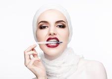 Όμορφη πρότυπη σύριγγα εκμετάλλευσης στη χειλική χειρουργική επέμβαση Στοκ φωτογραφίες με δικαίωμα ελεύθερης χρήσης