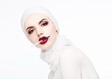 Όμορφη πρότυπη σύριγγα εκμετάλλευσης στη χειλική χειρουργική επέμβαση Στοκ Φωτογραφίες