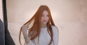 Όμορφη πρότυπη τοποθέτηση πιπεροριζών smilingly στη κάμερα στο άσπρο υπόβαθρο τοίχων απόθεμα βίντεο