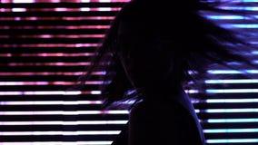Όμορφη πρότυπη τοποθέτηση στο φωτισμό πόλεων νύχτας, τη νεολαία και τη μόδα, ελευθερία απόθεμα βίντεο