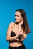 Όμορφη πρότυπη τοποθέτηση brunette στο πυροβολισμό δοκιμής Στοκ εικόνες με δικαίωμα ελεύθερης χρήσης