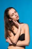 Όμορφη πρότυπη τοποθέτηση brunette στο πυροβολισμό δοκιμής Στοκ φωτογραφία με δικαίωμα ελεύθερης χρήσης