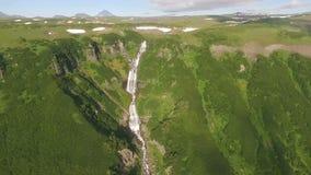 Όμορφη πτήση copter πέρα από τον καταρράκτη Panoram φιλμ μικρού μήκους