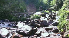 Όμορφη πτώση νερού στην ηλιοφάνεια - νερό που ορμά κατευθείαν στο βράχο σε Kaghan απόθεμα βίντεο
