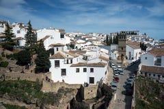 Όμορφη πόλη πάνω από ένα βουνό στην ισπανική επαρχία της Μάλαγας στην Ανδαλουσία Άποψη στοκ εικόνες