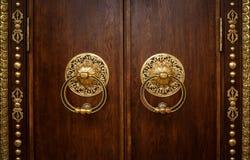Όμορφη πόρτα με τη χρυσή περιποίηση Στοκ Εικόνες