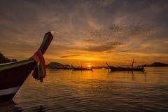 Όμορφη δραματική ανατολή στην παραλία Rawai με τη andaman με μακριά ουρά βάρκα νότια της Ταϊλάνδης που επιπλέει στο σαφές θαλάσσι Στοκ Φωτογραφία