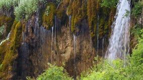 Όμορφη ροή καταρρακτών καταρρακτών κάτω πέρα από τον απότομο βράχο φιλμ μικρού μήκους