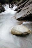 όμορφη ροή πέρα από την πέτρα πο&t στοκ εικόνα
