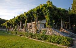 Όμορφη ρομαντική άποψη με το υπαίθριο ιταλικό πεζούλι στοκ εικόνες με δικαίωμα ελεύθερης χρήσης