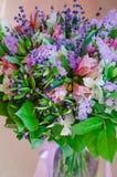 Όμορφη ρομαντική ανθοδέσμη άνοιξη των λουλουδιών σε ένα βάζο στοκ φωτογραφίες