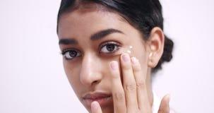 Όμορφη ρουτίνα φροντίδας δέρματος νέων κοριτσιών ` s απόθεμα βίντεο