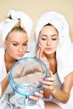 όμορφη ρυμούλκηση καθρεφτών κοριτσιών Στοκ Εικόνες