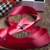 Όμορφη ρόδινη κορδέλλα με το δαχτυλίδι Στοκ Φωτογραφία