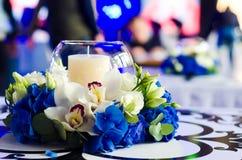 Όμορφη ρύθμιση λουλουδιών με ένα μπλε hydrangea, μια ορχιδέα και ένα γ Στοκ φωτογραφία με δικαίωμα ελεύθερης χρήσης