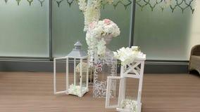 Όμορφη ρύθμιση λουλουδιών στο γαμήλιο ντεκόρ για τη γαμήλια τελετή απόθεμα βίντεο