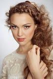 όμορφη σγουρή γυναίκα τριχώματος Στοκ εικόνες με δικαίωμα ελεύθερης χρήσης