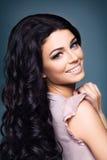 όμορφη σγουρή γυναίκα τριχώματος brunette Στοκ φωτογραφία με δικαίωμα ελεύθερης χρήσης