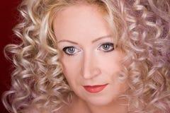 όμορφη σγουρή γυναίκα τρι&c Στοκ εικόνα με δικαίωμα ελεύθερης χρήσης