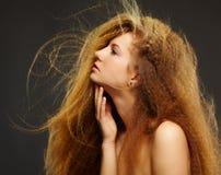 Όμορφη σγουρή κοκκινομάλλης γυναίκα Στοκ φωτογραφίες με δικαίωμα ελεύθερης χρήσης