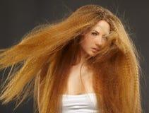Όμορφη σγουρή κοκκινομάλλης γυναίκα Στοκ Εικόνες