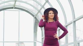 Όμορφη σγουρός-μαλλιαρή γυναίκα μακροχρόνια dres απόθεμα βίντεο
