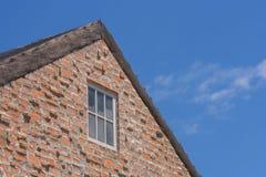 Όμορφη σειρά άποψης του ξύλινου εξοχικού σπιτιού στην επαρχία με τη σειρά του κεραμικού νεροχύτη μορίων στο πρώτο πλάνο Στοκ εικόνα με δικαίωμα ελεύθερης χρήσης