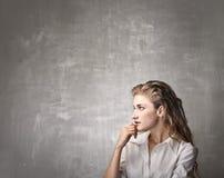 Όμορφη σκέψη γυναικών Στοκ φωτογραφίες με δικαίωμα ελεύθερης χρήσης
