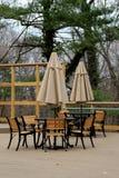 Όμορφη σκηνή με τους πίνακες και τις ομπρέλες που τίθενται για τους επισκέπτες στο υπαίθριο εστιατόριο Στοκ Εικόνα