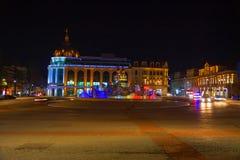 Όμορφη σκηνή Kutaisi σε μια νέα νύχτα έτους Plaza νύχτας πόλεων το φθινόπωρο με τις πορείες που σκορπίζονται Στοκ Φωτογραφίες