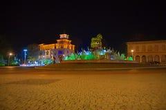 Όμορφη σκηνή Kutaisi σε μια νέα νύχτα έτους Plaza νύχτας πόλεων το φθινόπωρο με τις πορείες που σκορπίζονται Στοκ Εικόνες